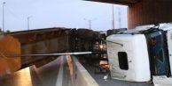 Damperi açık kalan kamyon üst geçide çarptı