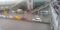 İstanbul yağmura teslim: Araçlar yolda kaldı, trafik felç!