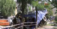 Kaldırıma Çarparak Havalanan Kamyonu Ağaç Durdurdu