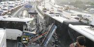 Küçükçekmece#039;de Servis Minibüsü Metrobüs Durağına Girdi: 3 Yaralı