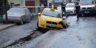 Küçükçekmece'de Çöken Asfalta Araçlar Düştü