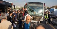 Metrobüs yolunda trafiği felç eden kaza