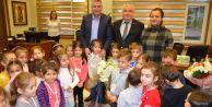 Minik öğrenciler Başkan Cem Karayı ziyaret etti