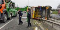 TEM#039;de çöp kamyonu devrildi