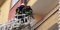 Yangın ihbarına gittiler eve kilitlenen kadını buldular