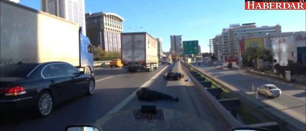Tırın Lastiğine Çarpan Motosikletli Adam, Ölümden Döndü