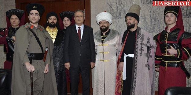 Tiyatrocu Solmaz, Fatih Sultan Mehmet Kostümüyle Davetiye Dağıttı