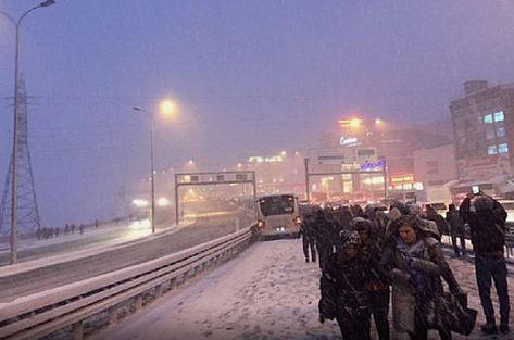 Trafik felç, araçlar durdu, vatandaşlar yürüyor