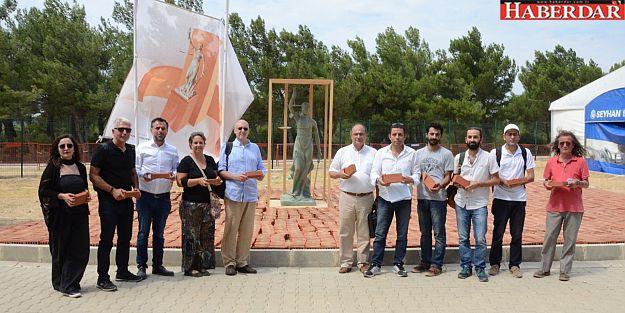 Tutuklu gazeteciler için anıta tuğla koydular
