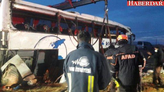 Van'da yolcu otobüsü devrildi: Ölü ve yaralılar var