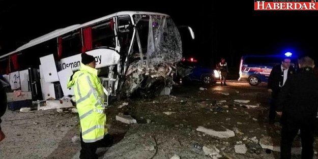 Yolcu otobüsü yoldan çıktı: 2 ölü, 26 yaralı