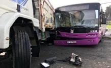 Küçükçekmece'de otobüs ile kamyon birbirine girdi