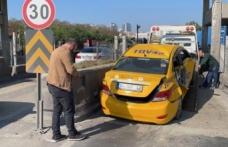 Avcılar'daki trafik kazasında iki araç aynı gişede sıkıştı