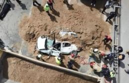 TEM Otoyolu'nda hafriyat kamyonu otomobilin üzerine devrildi: 1 ölü