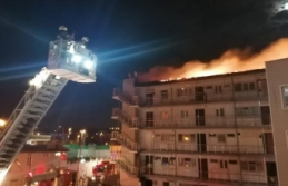Kumburgaz'da yazlık sitedeki binanın çatısı alev alev yandı