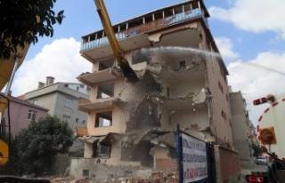 Büyükçekmece'de riskli yapıların yıkımına...