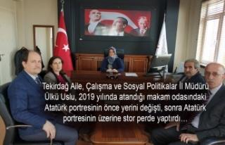 Atatürk portesinin üzerindeki perde koymuş...
