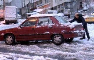 Esenyurt'ta kar sürücü ve yayalara zor anlar...