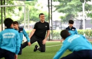 Başkan Bozkurt, çocuklarla spor yaptı, forma ve...