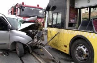 Otobüsle araç kafa kafaya çarpıştı, feci kazada...