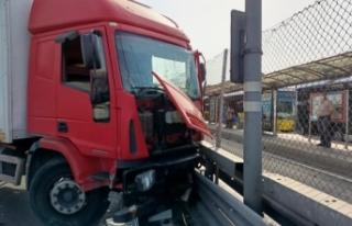 Bakırköy'de kamyon, metrobüs bariyerlerine...