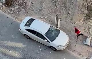 Esenyurt'ta kızgın kadın arabayı taşa tuttu