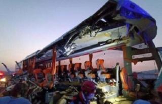 TIR, otobüsle çarpıştı: Çok sayıda ölü ve...