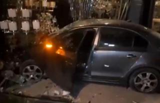 Alkollü şahıslar önce araçla dükkana girdi,...