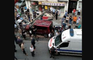 İstanbul'da korkunç kaza! Otomobil durağa...