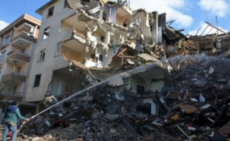 Avcılar'da balkonları çöken bina 44 gün sonra yıkıldı