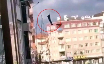 5 katlı binadan atlayan şahsın görüntüleri anbean kameraya yansıdı