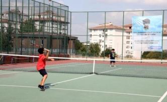 Büyükçekmeceli çocukların tenis turnuvası nefesleri kesti