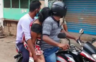 Yürek burkan görüntü! Koronavirüsten ölen annelerini motosiklette taşıdılar