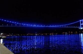 İstanbul'da köprüler maviye büründü