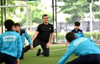 Başkan Bozkurt, çocuklarla spor yaptı, forma ve ayakkabı hediye etti