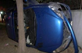 Beylikdüzü'nde takla atan otomobil ağaçla duvar arasında sıkıştı: 1 yaralı
