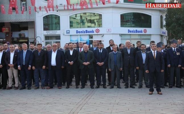 Atatürk Anıtı'na çelenk sundular
