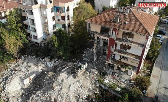 Büyükçekmece'de risk taşıyan 5 bina  yıkıldı