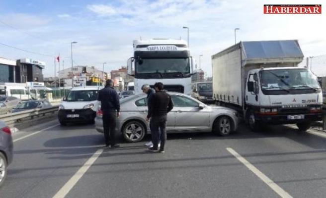 Küçükçekmece D-100'de kaza! Trafik kilitlendi