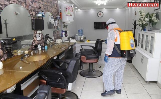 Kuaförler salonları dezenfekte edildi, çalışanlara koruyucu siperlik dağıtıldı