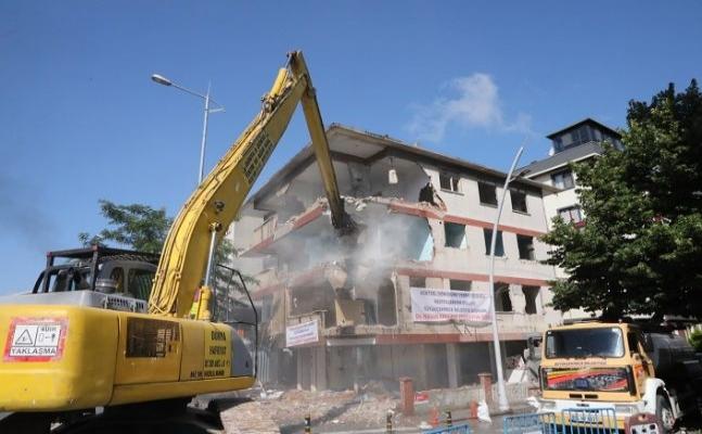 Büyükçekmece'de deprem riski taşıyan bina yıkıldı