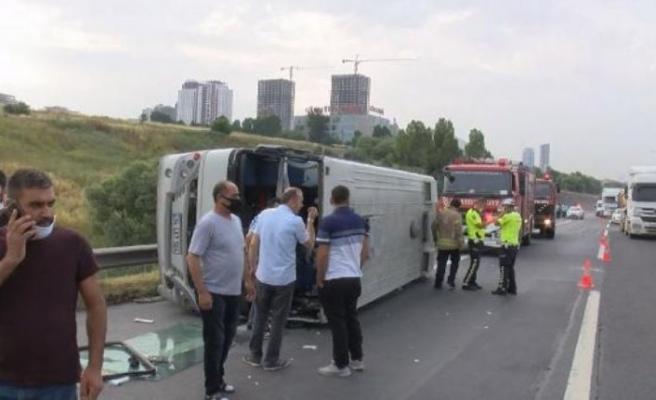 Hadımköy'de servis minibüsü devrildi! Yaralılar var