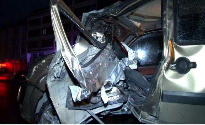 Avcılar'da otomobil trafik lambasına çarptı: 1'i ağır 2 yaralı