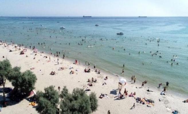 Menekşe Plajı'nda dikkat çeken hafta sonu yoğunluğu havadan fotoğraflandı