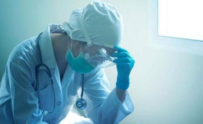 Salgında başa dönülüyor ama sağlık çalışanları tükendi! 'Başka gelirim olsa bu işi bırakırım'