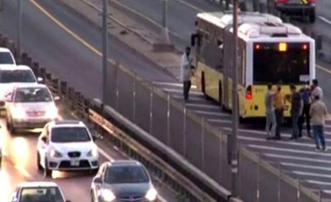 Seyir halindeki metrobüse kurşun isabet etti