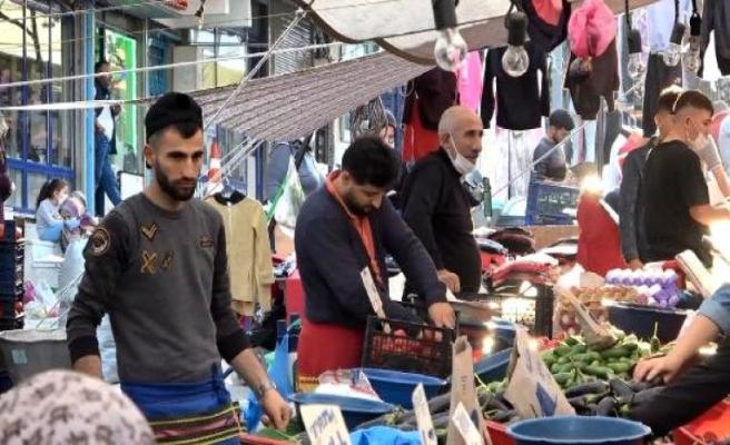 Esenyurt'ta sosyal mesafesiz, maskesiz semt pazarı