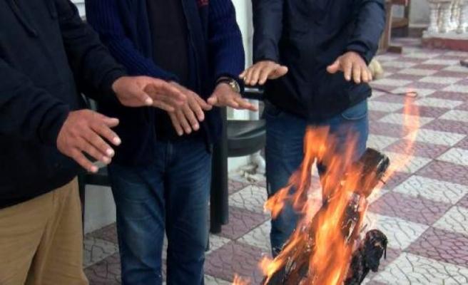Yazlıkçılar kışın da İstanbul'a dönmüyor; odun kırıp ateş yakıyorlar