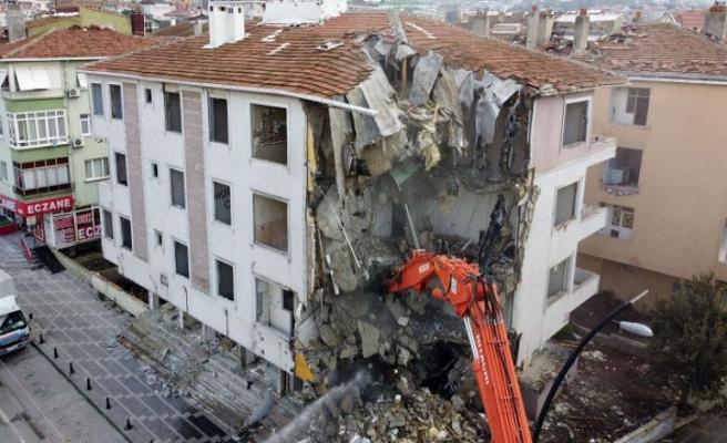 İzmir depreminin ardından Büyükçekmece'de hasarlı binaların yıkımına devam edildi