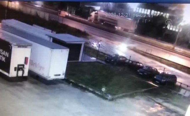 Çatalca'da otomobil hafriyat kamyonuna çarptı: 1 ölü